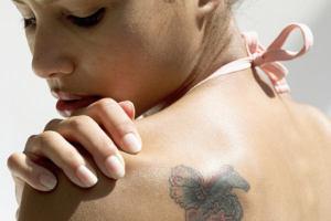 Девушек заставляют удалять татуировки