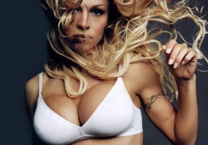 Памела Андерсон продает свою грудь