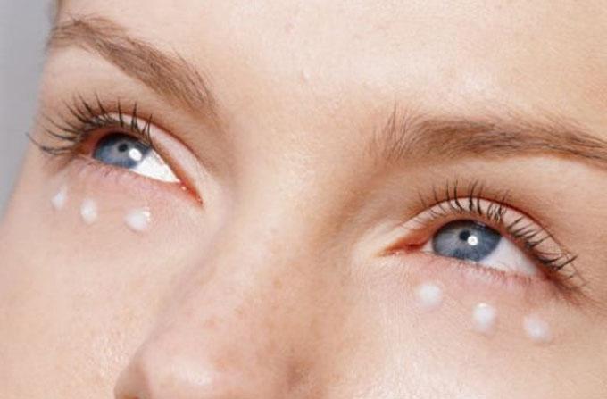 Косметические средства, применяемые для ухода кожи вокруг глаз, по мнению экспертов