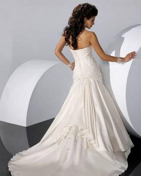 Выгодные преимущества свадебных платьев со шлейфом