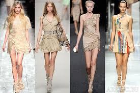 Коктейльное бежевое платье выбираем аксессуары