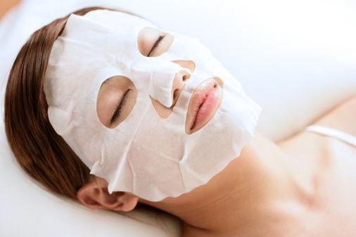 Как правильно нанести питательную маску на лицо