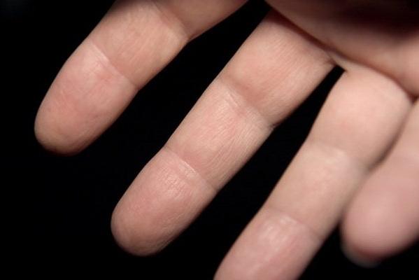 Свело палец на руке
