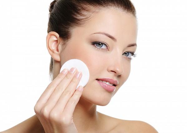 Учимся правильно снимать макияж: советы визажистов