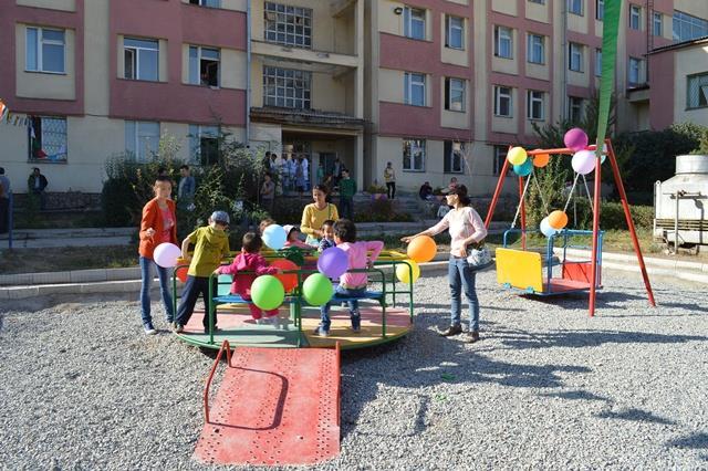 Ребенок с инвалидностью на детской площадке