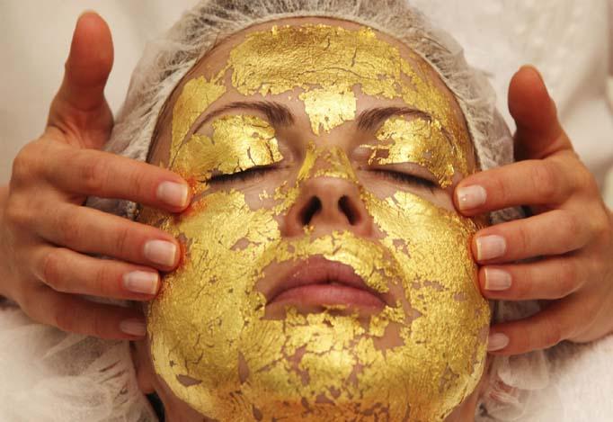 Новый тренд: маска для лица с крупицами чистого золота