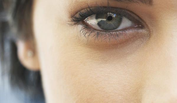 Как скрыть синяки под глазами с помощью макияжа