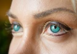 Шведская модель использовала имплантаты, чтобы сделать глаза зелёными