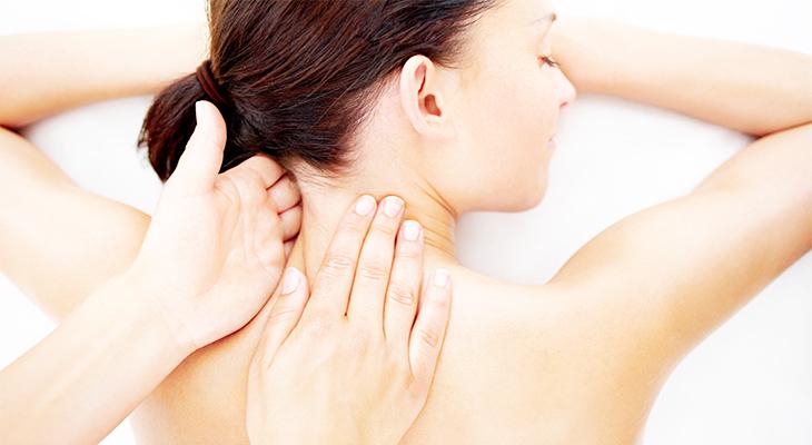 Делаем расслабляющий массаж головы и шеи