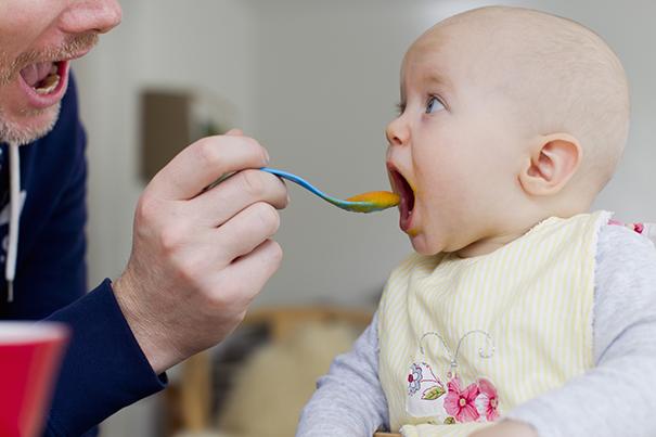 А ваш ребенок готов к твердой пище?