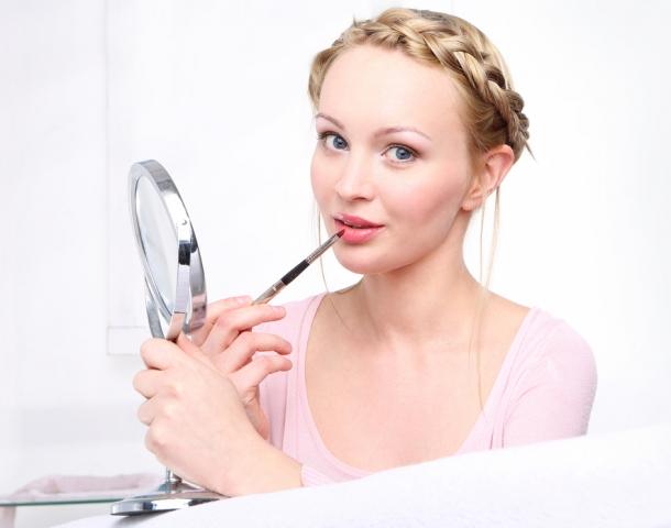 Блеск против помады: что выбрать для зимнего макияжа?