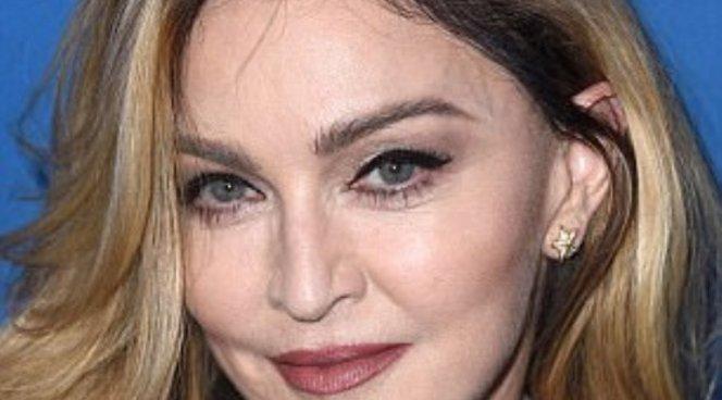 Мадонна сделала микроблейдинг бровей