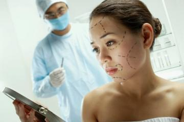 Медики: Пластические операции делают в период с 40 до 45 лет