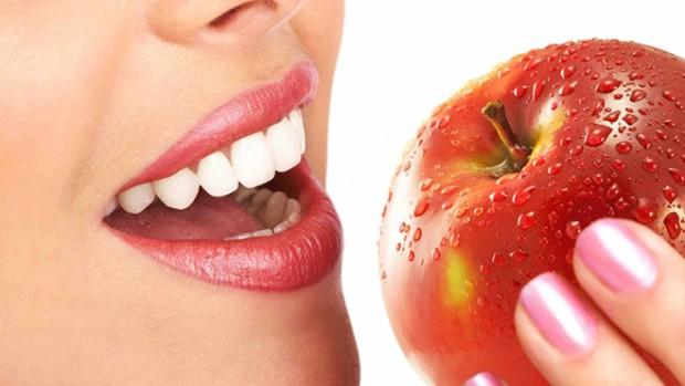 Химическое отбеливание и профессиональная чистка зубов помогают обрести белоснежную улыбку