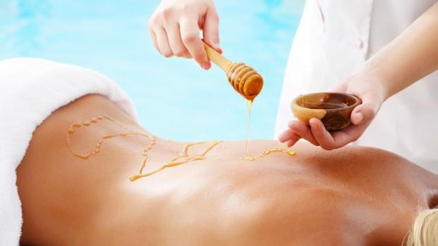 При медовом массаже организм получает двойную пользу