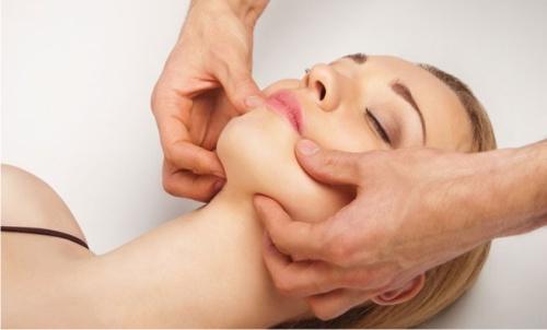 Эксперты рассказали, чем полезен массаж лица