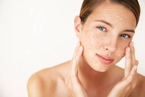 Скраб поможет ровному загару кожи — косметологи