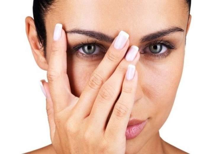 Косметологи подсказали, как быстро избавиться от «мешков» под глазами