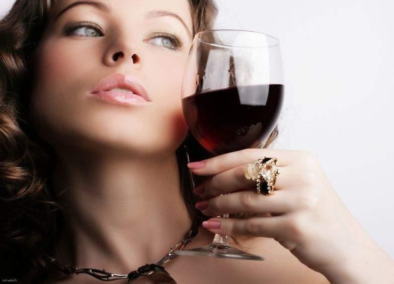 Медики рассказали, какой алкогольный напиток помогает от прыщей