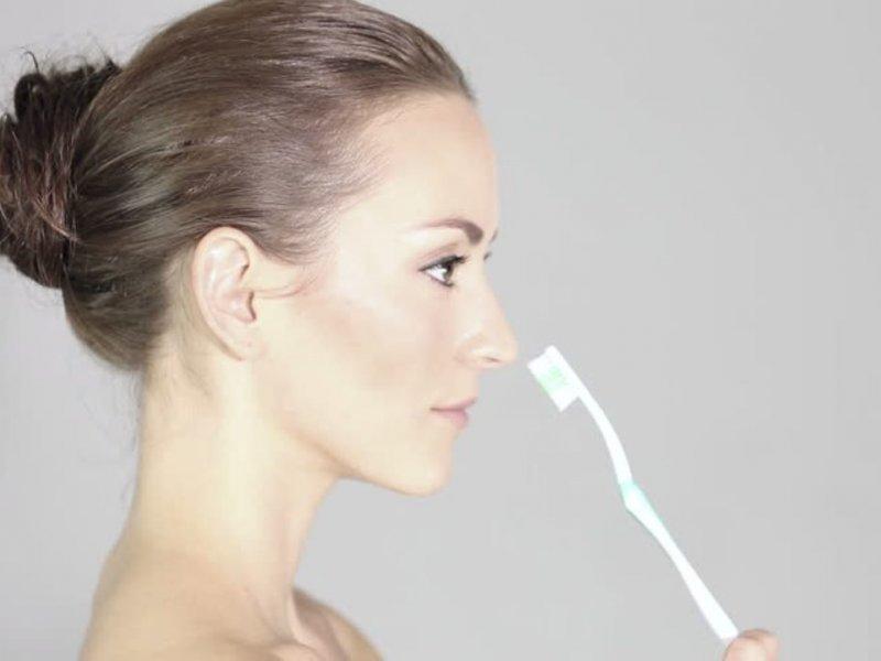 Как использовать зубную щетку для красоты волос и тела