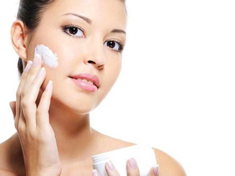 Косметологи рассказали, как правильно пользоваться кремами для лица