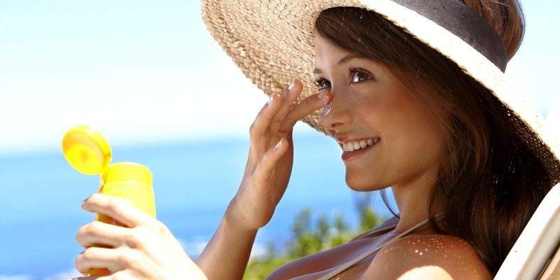 Медики рассказали, почему не стоит злоупотреблять солнцезащитным кремом