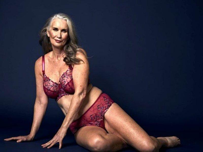 Женщина стала моделью нижнего белья в 59 лет
