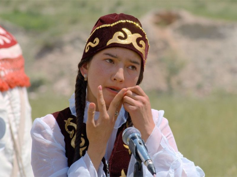 Женщины Киргизии обращаются к хирургам за европейскими глазами