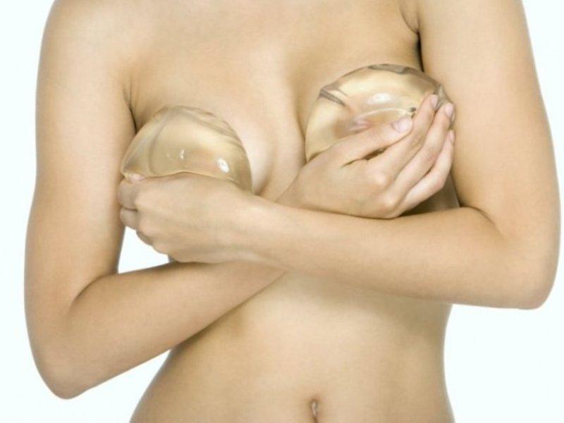 Сотни женщин подают в суд из-за грудных имплантов