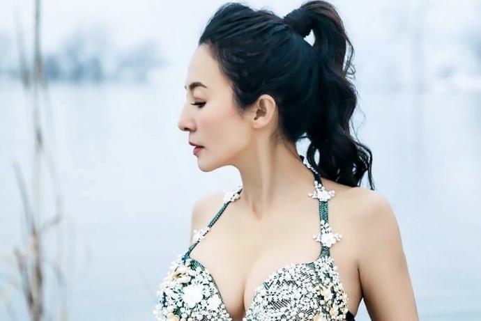Ей 52, но ее лицо все никак не стареет. Китаянка рассказала о 7 секретах
