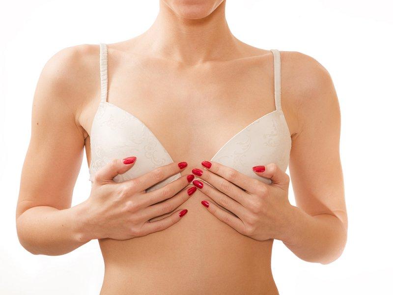 Женщин с грудными имплантами нужно предупреждать об опасных последствиях