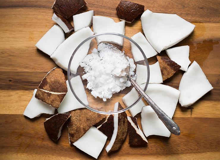 9 способов использования кокосового масла в бьюти-рутине