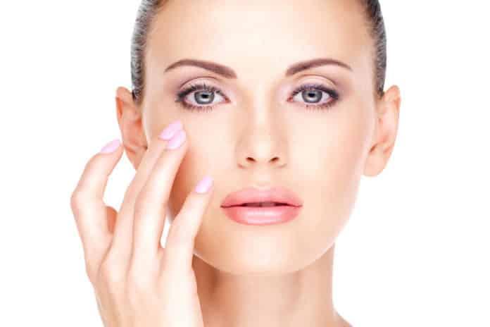 9 ошибок в уходе за кожей вокруг глаз, которые нельзя совершать