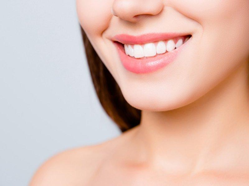 Человек с красивыми зубами выглядит привлекательнее