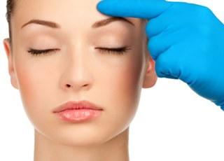 Кому требуется записаться на блефаропластику или другую операцию пластики лица