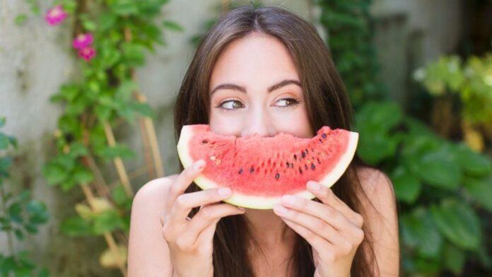 Косметолог рассказала о пользе арбузных масок для кожи лица
