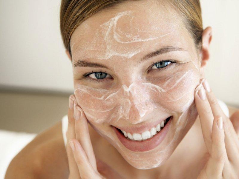 Как правильно увлажнить кожу гиалуроновой кислотой объясняет косметолог из США
