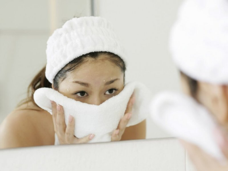 Дерматолог Пол Джаррод Фрэнк рассказал, можно ли вытирать лицо полотенцем и как правильно использовать сыворотки
