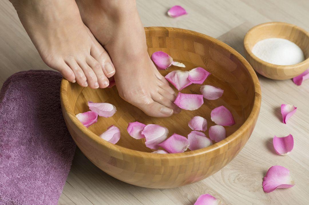 Натуральные средства ухода за ногами: 10 полезных ванночек