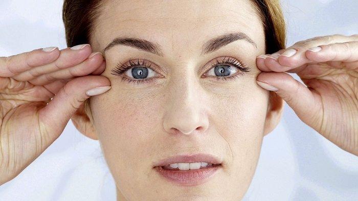 5 ежедневных привычек, которые старят кожу вокруг глаз