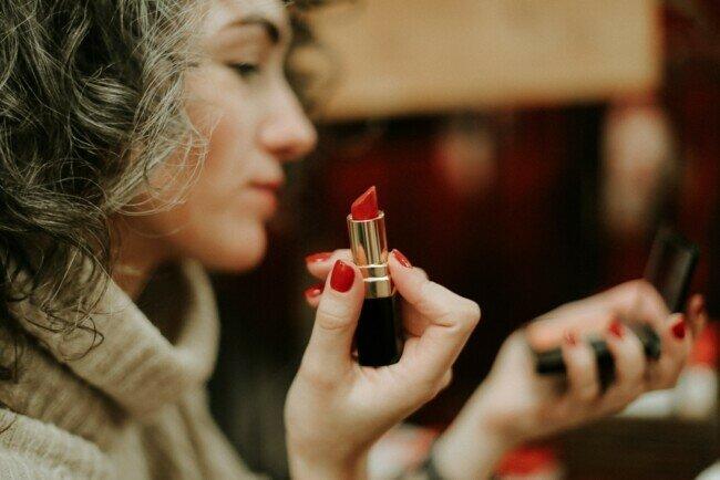 Как красить губы, чтобы помада долго держалась: женская хитрость